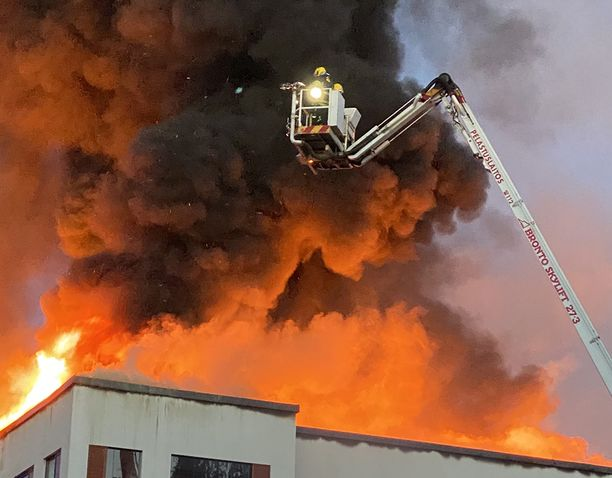 Palokunta joutui kovaan paikkaan Palokan rakennuspalossa. Tuli näytti ensin hiipuvan, mutta ryöpsähti uudelleen entistä vahvempana.