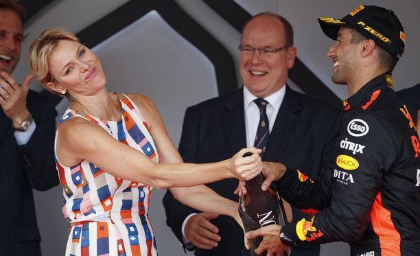 Monacon ruhtinatar Charlotte ilveili F1-palkintojenjaossa hörpättyään samppanjaa.