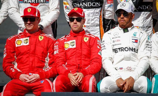 Lewis Hamilton joutui kaksi viikkoa sitten taistelemaan yksinään Kimi Räikköstä ja Sebastian Vetteliä vastaan, kun Valtteri Bottas lähti vaihdelaatikkoremontin takia Melbournen osakilpailuun vasta 15. lähtöruudusta. Nyt Hamilton kärsii vastaavan rangaistuksen.
