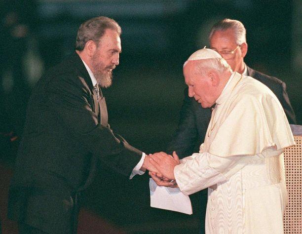 Castro otti paavi Johannes Paavali II:n vastaan Havannan lentokentällä tammikuussa 1998.