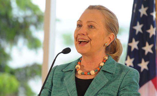 Clinton vitsaili ääntään korottaen, että sade ja jyrinä vähän häiritsevät puhumista.