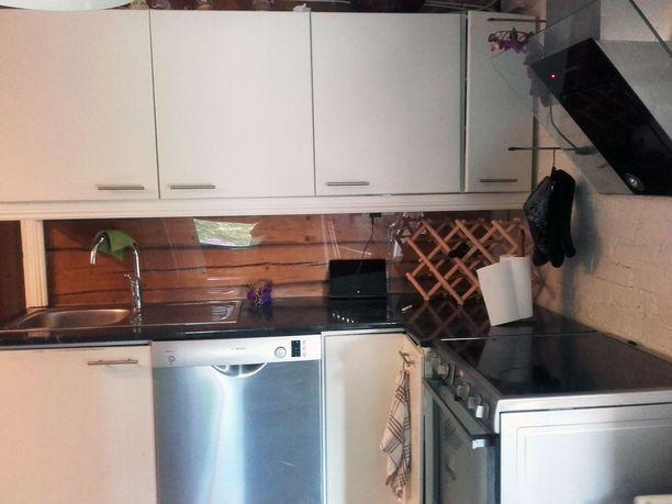 Keittiössä viihtyy niin Riikka kuin miehensä Petri Harjula.