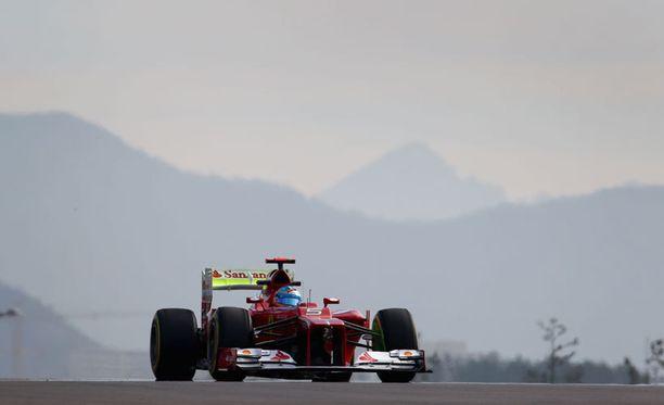 Fernando Alonso kiitää sarjan kärjessä.