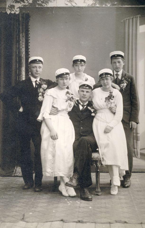 Kekkonen oli nuorena melkoinen naistenmies. Ylioppilaskuvassakin hänellä naiset molemmissa kainaloissa. Kuvan oikeanpuoleinen nainen on Aili Puranen.