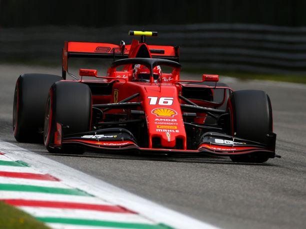 Charles Leclerc vauhdissa Monzan radalla.