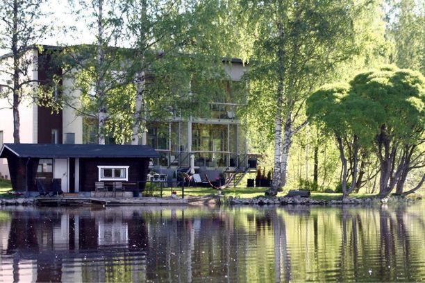 Kuopion Saaristokaupungissa Kallaveden rannalla sijaitsevan rivitalon asukkailla on käytössään yhteinen rantasauna ja oma uimaranta.