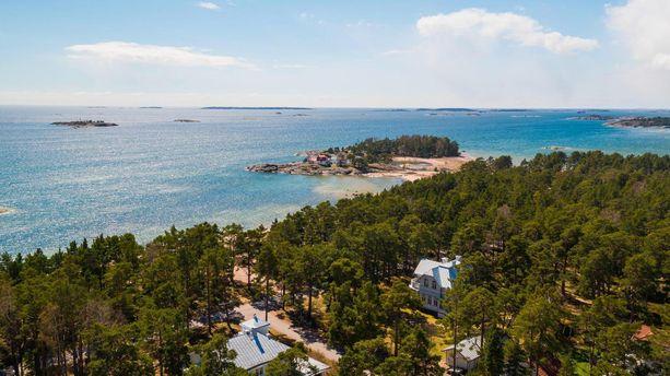 Villa Henrika sijaitsee Hangon kylpyläpuiston alueella. Taustalla näkyy Mäntysaaren rantakalliolla sijaitseva Neljän Tuulen Tupa.