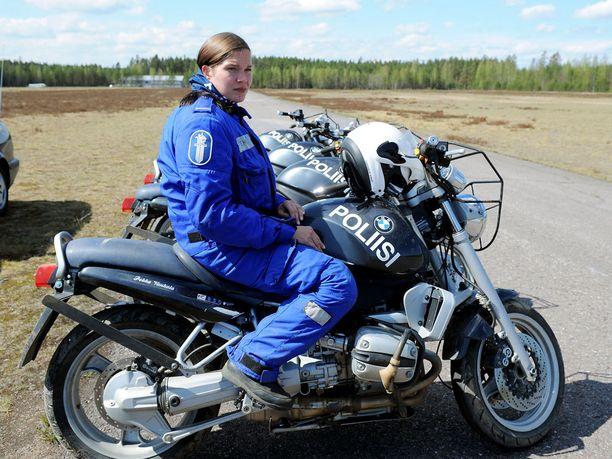 Taru Niemelä on Suomen toistaiseksi ainoa naispuolinen moottoripyöräpoliisi.