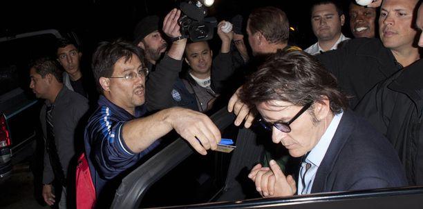 Ihailijajoukko piiritti näyttelijän.