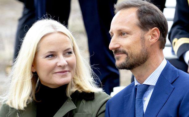 Kruununprinssi Haakon vierellään vaimo Mette-Marit. Pariskunta avioitui elokuussa 2001.
