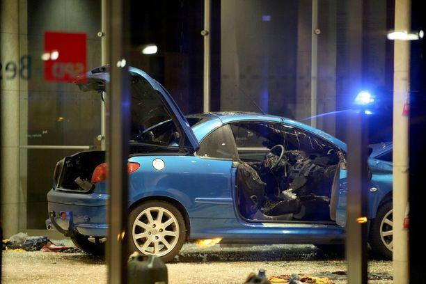 Auton kyydistä löydettiin bensiinikanistereita ja kaasupulloja.