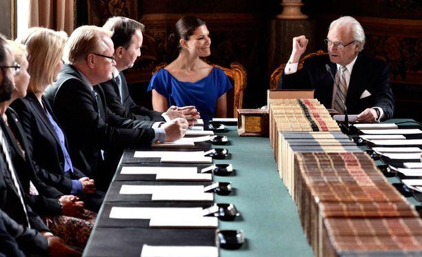Kruununprinsessa Victoria osallistui isänsä, kuningas Kaarle Kustaan rinnalla tilaisuuteen, jossa prinssi Nicolaksen titteli ja nimi julkistettiin.