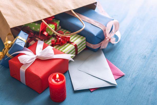 Kovien alennusten Black Friday -ostospäivä ja tuloillaan olevat veronpalautukset lisäävät joulukaupan kierroksia.
