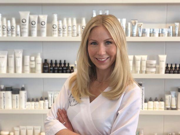 """Skincity-verkkokaupan perustaja ja kosmetologi Annica Forsgrenin oma iho on ollut melko helppo: """"Ensimmäisen lapseni syntymän jälkeen ihooni tuli hyperpigmentaatiota, jonka olen saanut kuriin retinolilla, AHA-hapoilla ja arbutinilla""""."""