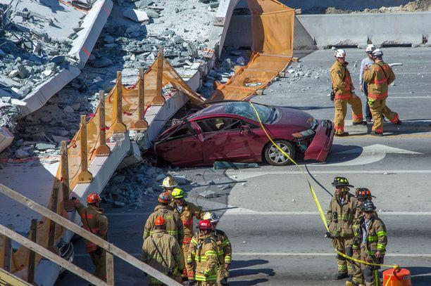 Romahtaneen sillan alle jäi ainakin kahdeksan kulkuneuvoa.