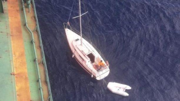 Purjevene joutui vaikeuksiin, rahtialus pelasti matkustajan ja otti veneen hinaukseen.
