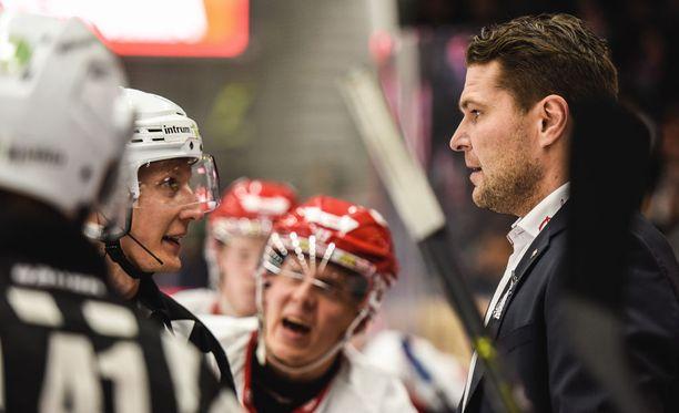 Sportin päävalmentaja Tomek Valtonen keskusteli päätuomari Kristian Vikmanin kanssa tiistai-iltana Tampereella.