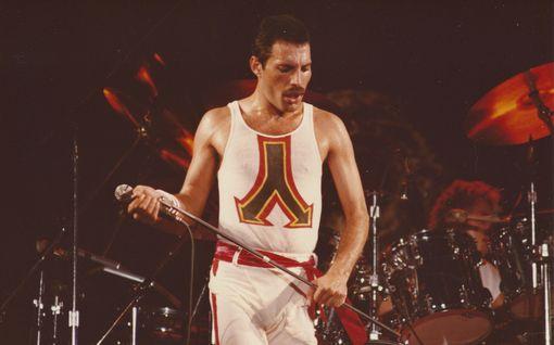 Elton John kertoo yksityiskohtia Freddie Mercuryn viimeisistä hetkistä – riutui sairaalavuoteella