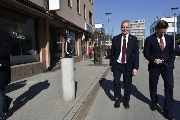 Vihertävä kansanrintamahallitus on Antti Rinteelle ja muille sosialidemokraateille matemaattisesti houkutteleva vaihtoehto: 40+31+20+16+10=117. Rinne olisi vahva isäntä hallituksessa, sillä SDP olisi selvästi suurin hallituspuolue.