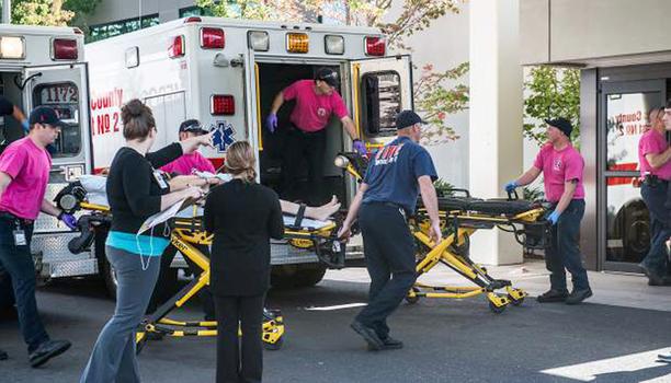 Ambulanssit toivat kouluampumisessa haavoittuneita sairaalaan Roseburgissa.