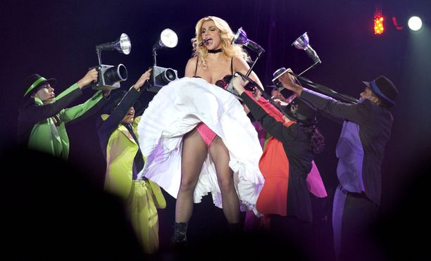 Britney Spears aloitti Helsingin keikkansa lähes korviin asti nousevassa hameessa.