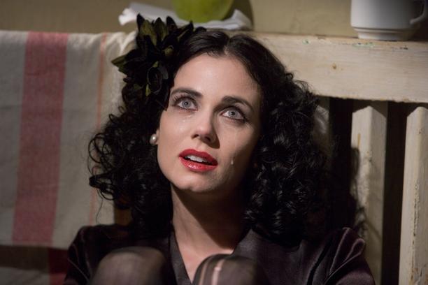 Elokuvassa Mustaa Dahliaa esittää Mia Kirshner, joka muistetaan muun muassa L-koodista.
