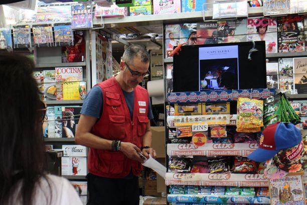 La Ramblalla työskentelevä Sergio kertoo olevansa väsynyt turisteihin, vaikka hänen työpaikkansa heistä tulonsa saakin.