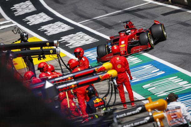 Sebastian Vettelin Ferrarista puuttui tallikaverin yllätyksen jälkeen takasiipi.