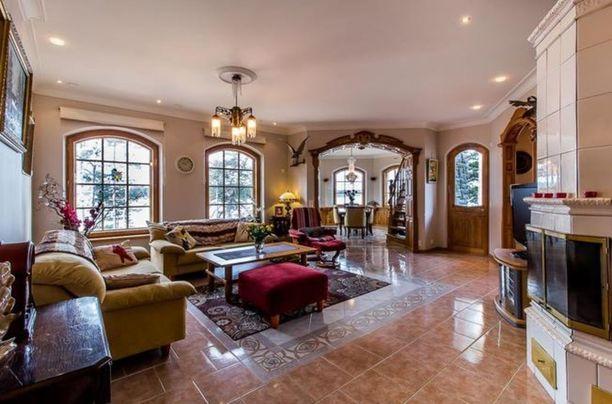 Talon sisällä on puuseppien tekemiä rakenteisiä ja yksityiskohtia esimerkiksi ovissa ja ikkunoiden pielissä.