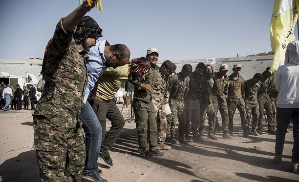 Yhdysvaltain tukemat kurdien ja arabien SDF-joukot juhlivat viikonloppuna Raqqan kaupungissa sen valtaamista äärijärjestö Isisin taistelijoilta.