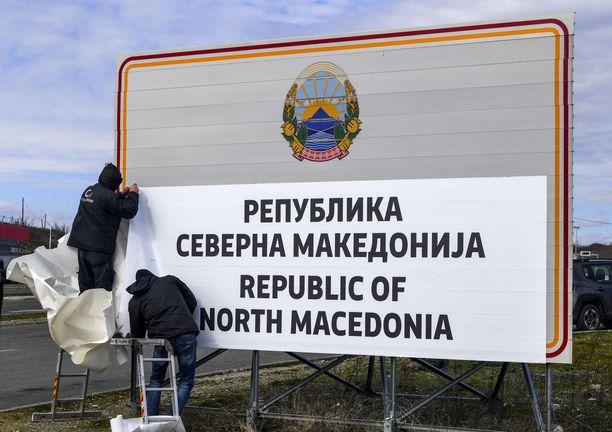 Keskiviikkona peitettiin kiireellä vanhoja rajakylttejä ja vaihdettiin ne uusiin Pohjois-Makedonin ja Kreikan rajalla.