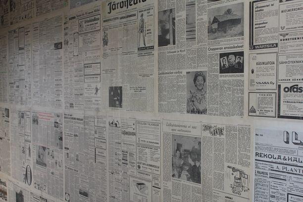 Niemelän rakennuskompleksissa on mukana paljon kierrätyselementtejä. Kuvun alla olevan tilan seinä on tapetoitu vanhoilla sanomalehdillä.