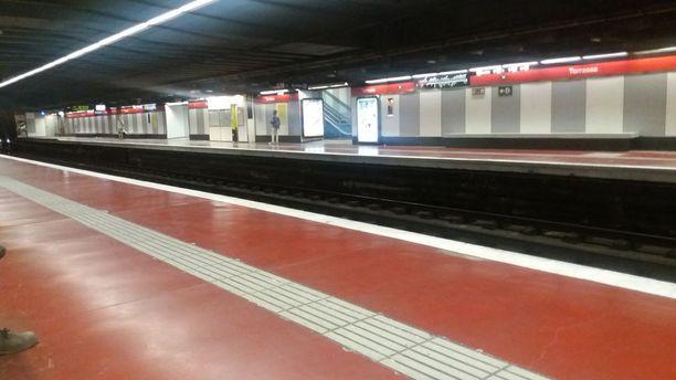 Barcelonan metroasemat olivat erittäin hiljaisia kello iltakymmeneltä.