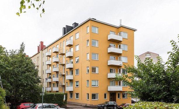 1940-luvulla elettiin sodan runtelemassa Suomessa. Sotien jälkeen rakennettiin paljon uutta vaikka materiaalia ja rahaa oli vähän. 40-luvun arkkitehtuurissa korostui vaatimattomuus, yksinkertaisuus ja luonnonläheisyys. 40-luvun kerrostaloja pidetäänkin ajattoman tyylikkäinä. Ulkorappaukset oli usein värjätty keltamaalilla, johon oli sekoitettu keltamultaa tai rautaoksidia sävyä antamaan.