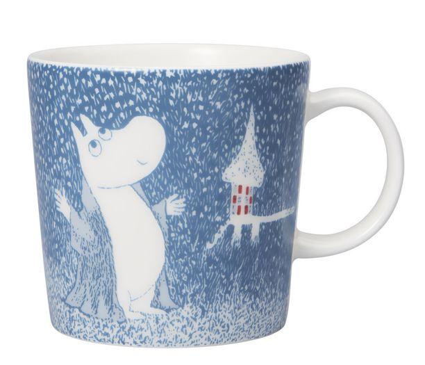 Muumipeikko ihailee lumihiutaleita ja yrittää pyydystää niitä käpälillään. Astiastoon kuuluu muki, kulho, kahvilusikat sekä minimukit.