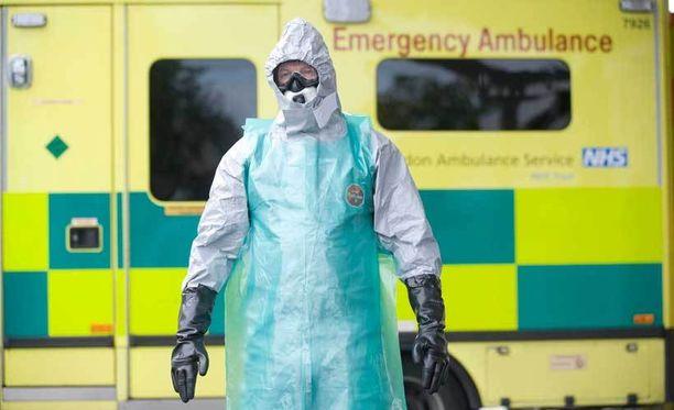 Britanniassa harjoiteltiin ebolatapausten varalta. Kuvassa mies pukeutuneena suojapukuun.