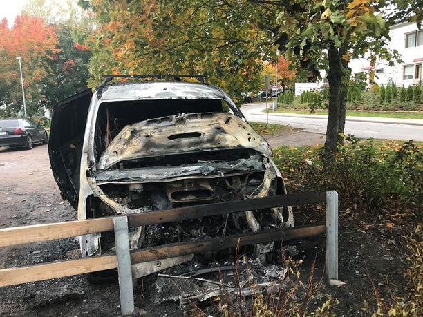 Tiistinkallion parkkialueella Toyota-merkkinen pakettiauto paloi lähellä puuta. Tuli ei kuitenkaan päässyt leviämään autosta.