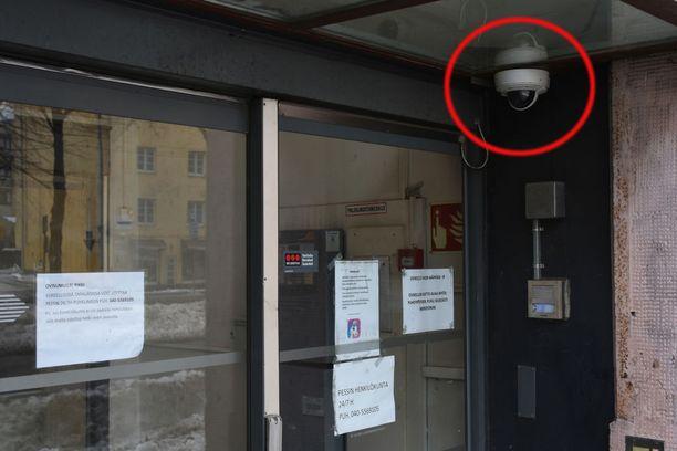Seksuaalisia tekoja sisältänyt vapaudenriisto tapahtui tässä asuntolassa Pasilassa. Valvontakameramateriaali ympyröidystä kamerasta olisi voinut auttaa käräjäoikeutta ja poliisia.