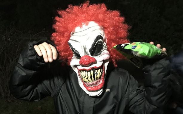 Maarit nappasi halloween-keppostelijasta tällaisen kuvan eilen kotiovella.
