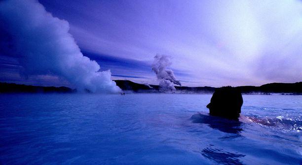 Kun suomalainen luottaa saunan voimaan, karkottaa islantilainen kankkustaan kuumassa lähteessä.