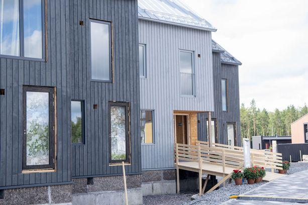 Hengittävä massiivipuu ja esimerkiksi savi kiinnostavat nyt. Kuvassa vielä rakenteilla olevia Trä Kronor -townhouseja asuntomessualueella Tuusulassa.