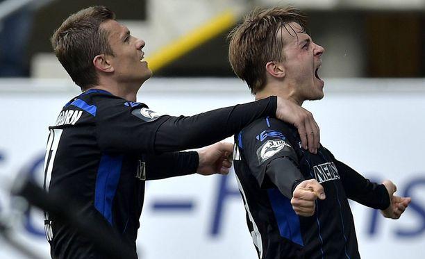 Paderbornin Roope Riski (oik.) juhlii voittomaaliaan FSV Frankfurtia vastaan huhtikuussa.