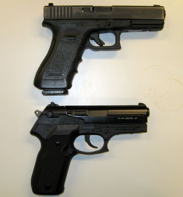 SAMANLAISET. Takavarikoitu ilmapistooli (alla) muistuttaa poliisin virka-asetta.