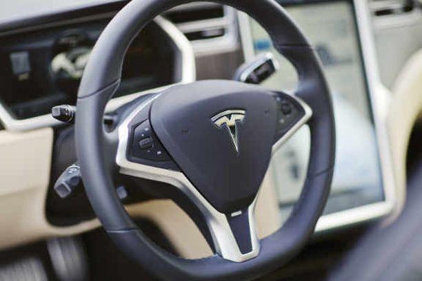 Tesla oli kyselyssä suosituin sähköautomerkki.