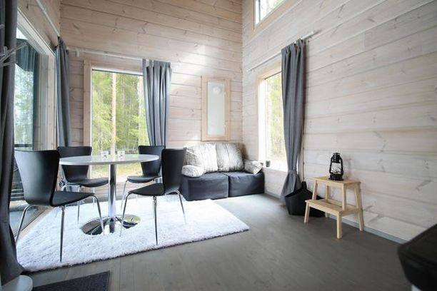 Oululainen 20 neliön mökki on tummasävyinen sisältä ja ulkoa. Hintaa tällä mökillä on 79 000 euroa.