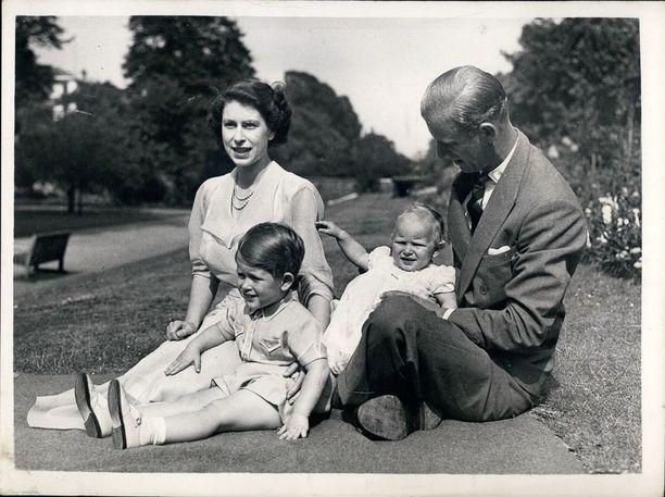 Elisabet ja Philip olivat vanhempina melko etäisiä kahdelle vanhemmalle lapselleen eli Charlesille ja Annelle.