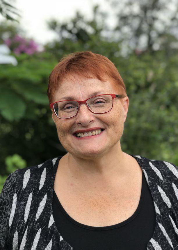 Australiassa asuva tutkija Elina Juusola kirjoitti kirjan jouduttuaan itse romanssihuijauksen kohteeksi. Juusolan kirja Sydän saaliina julkaistaan tänään 8.3.