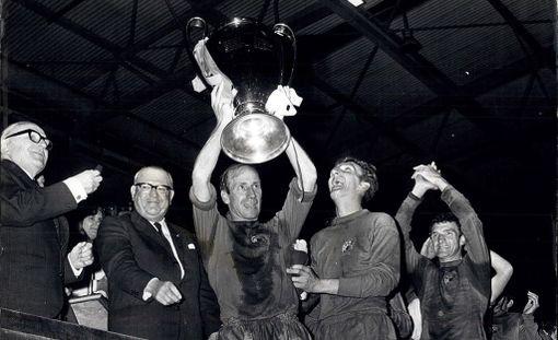 Manchester Unitedin kapteeni Bobby Charlton nosi Eurooppa Cupin voittopokaalin 1968.