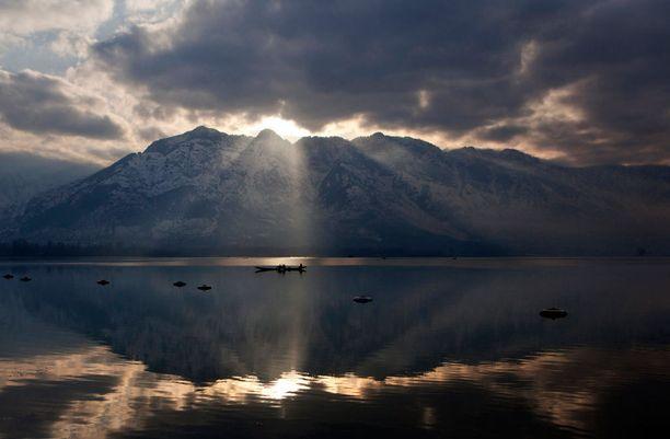 INTIA Aurinko pilkistää pilvien läpi, kun kalastajat palaavat reissultaan kotiin Dal Lakelta Srinagarin kaupunkiin. Järven ympärys on tunnettu upeasta luonnostaan ja suosittu vierailukohde turisteille. Viimeisen kahden vuosikymmenen aikana järvi on kutistunut huomattavasti.