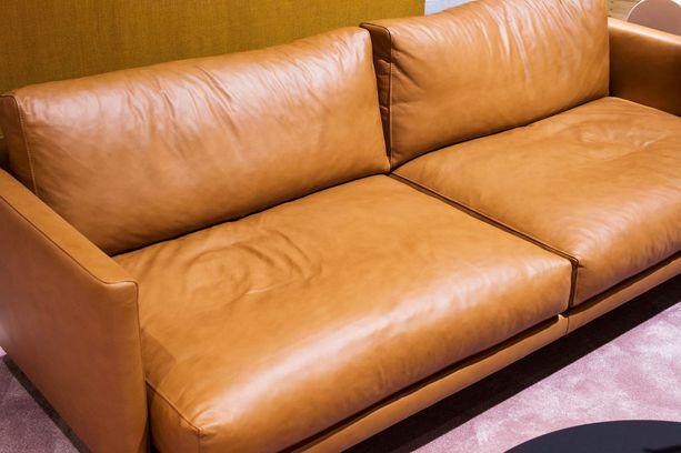 Nahkasohvat ovat nyt haluttuja. Kuvassa Hakolan sohva.